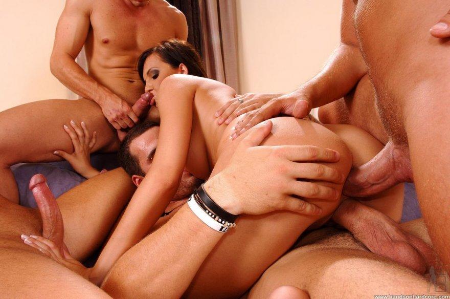 мужики молодые секс порно видео одна на семерых его