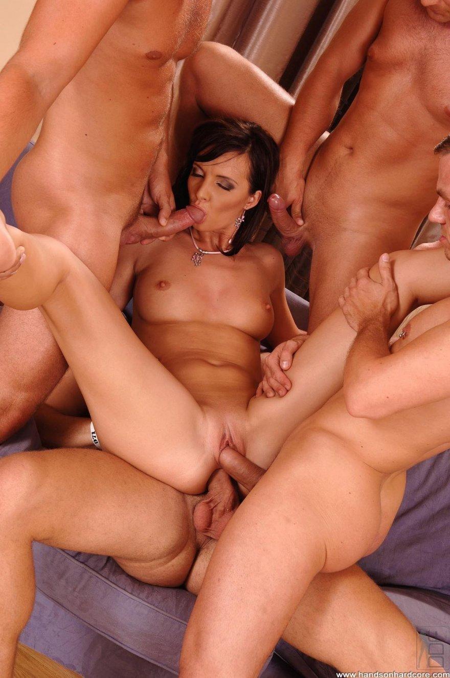Групповой интим с четырьмя юношами