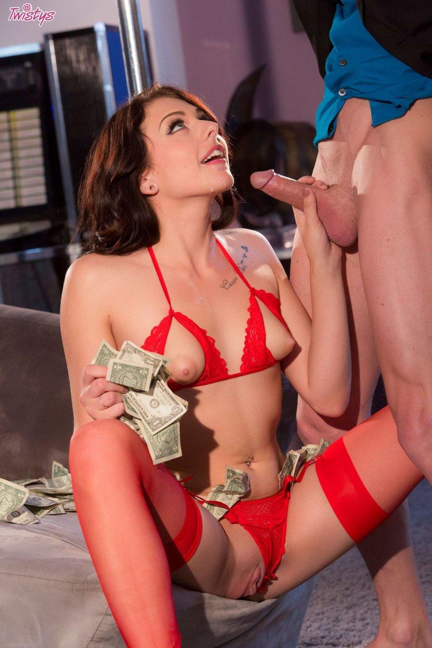 Брюнетка в красном белье делает минет за деньги