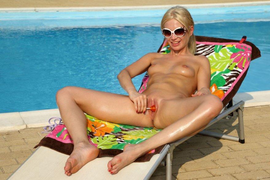 Фотки эротики раздетой блондинки в темных очках смотреть эротику