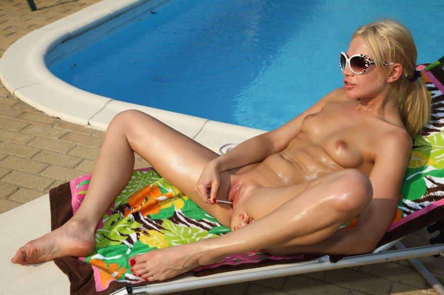 Эротические фотографии обнаженной блондинки в черных очках