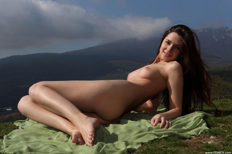 Секс фото брюнетки с симпатичными волосами на лугу