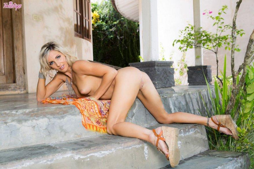Эротические фото блондинки с интимным пирсингом