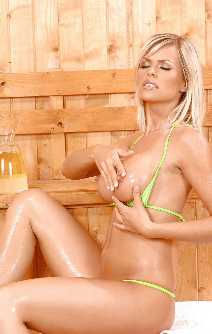 Блондинка с классными сиськами в сауне