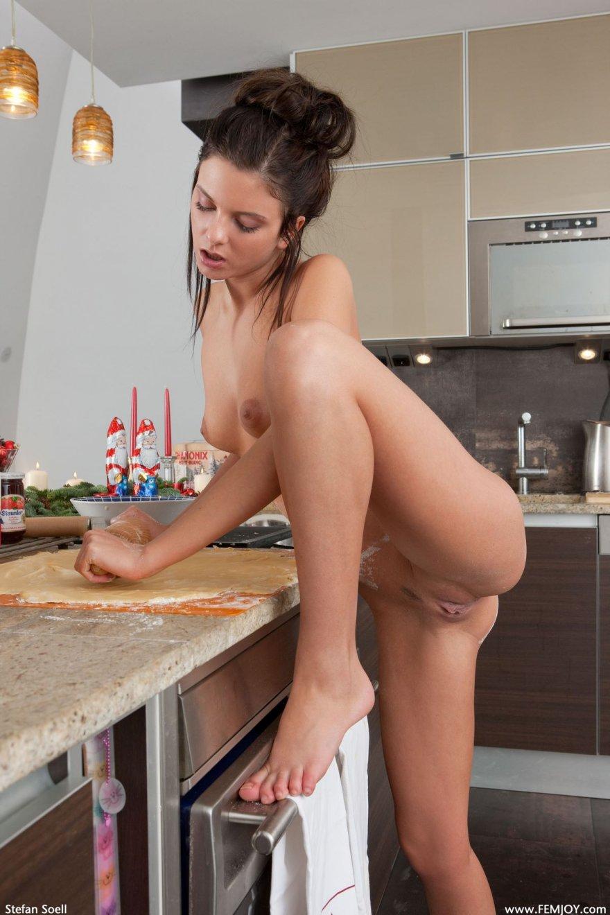 Голая брюнетка месит тесто
