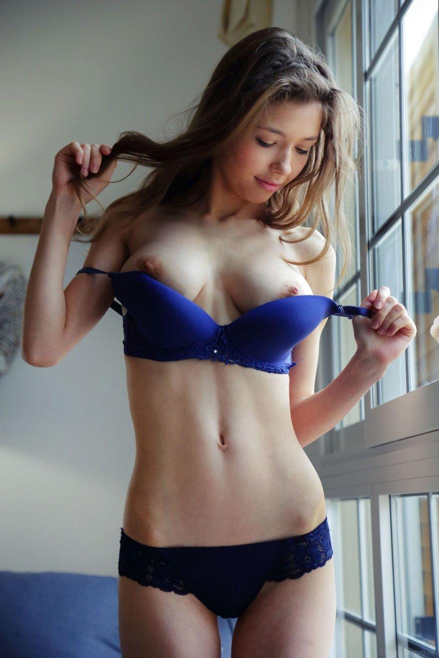 Кобыла в синем белье возле окна