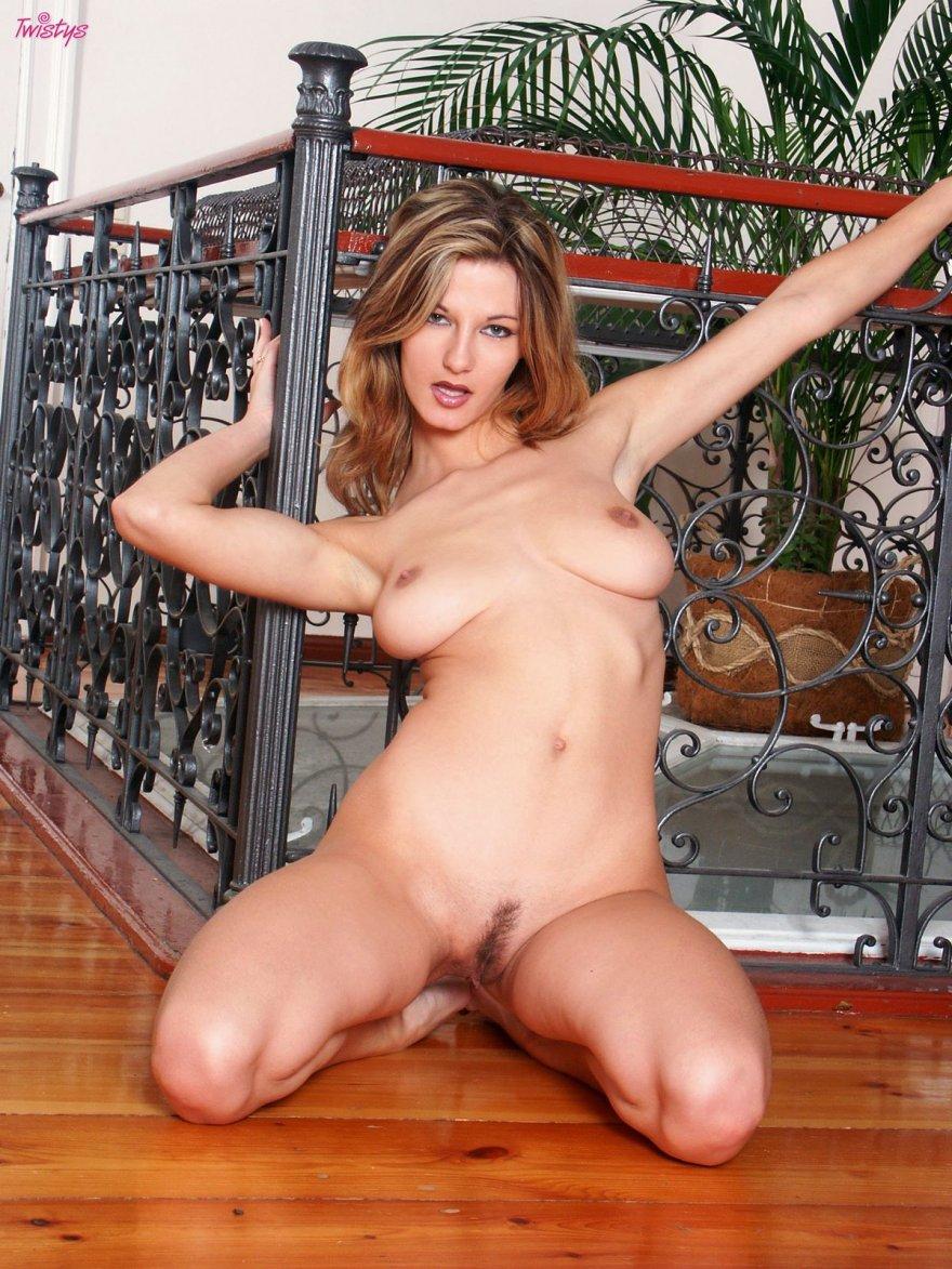 Блондинка с роскошными сиськами спускает чулки секс фото