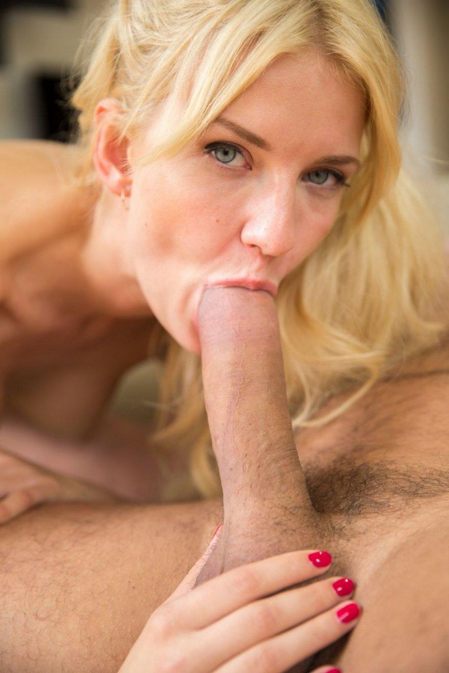 blondinka-soset-i-drochit
