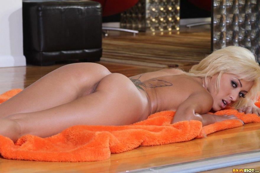 Похотливая блондинка с татуировками на спине
