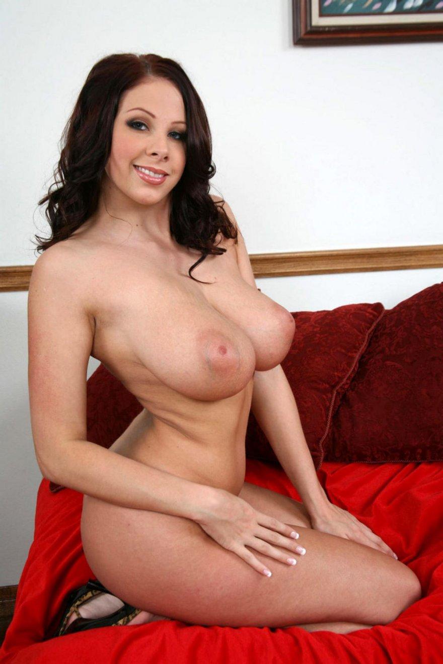 Порнография брюнетки с крупной натуральными дойками