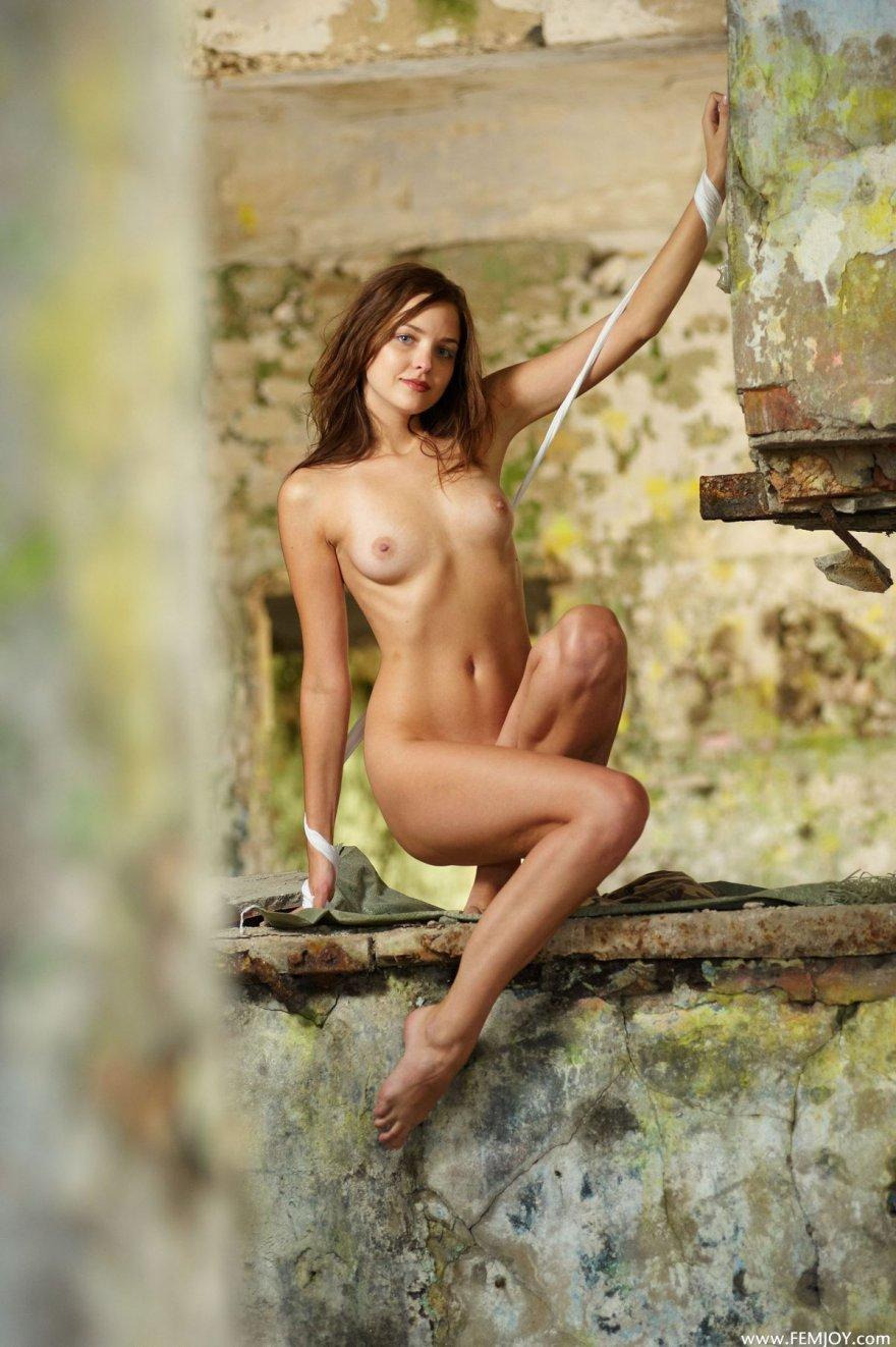 Фото знаменитой модели в разрушенном доме