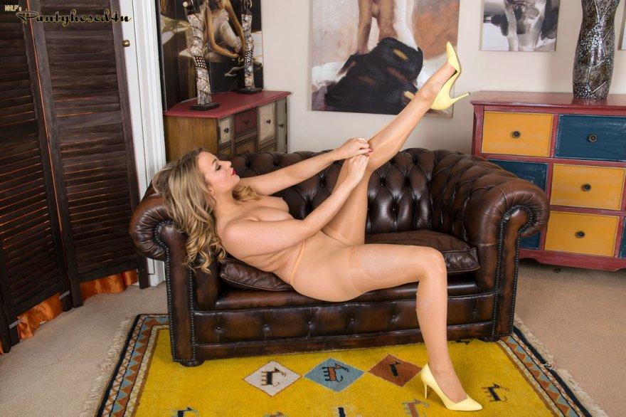Шикарная блондинка в прозрачных колготках на голое тело