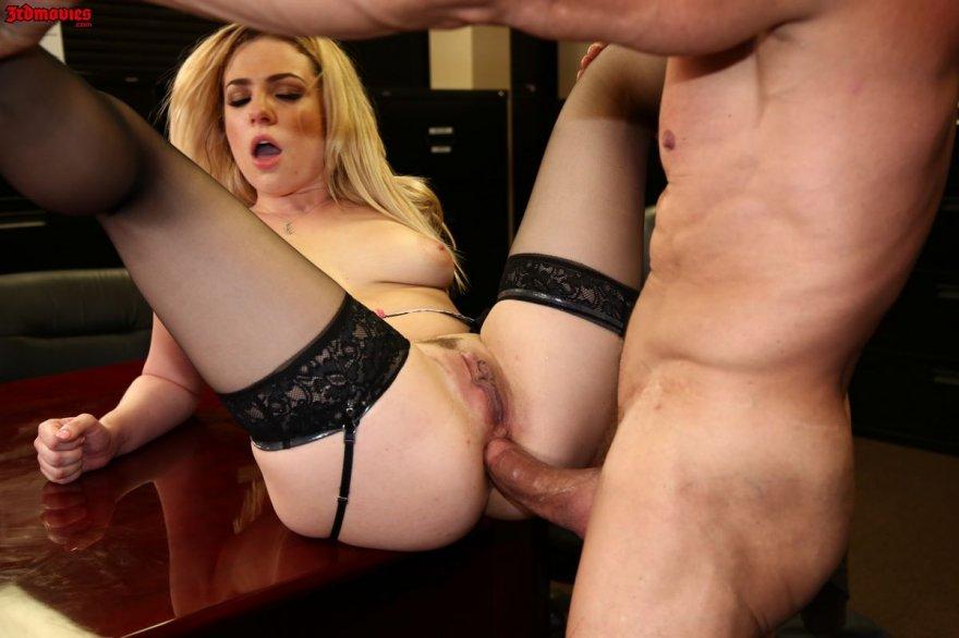 Порно красивой блондинки в чулках на столе