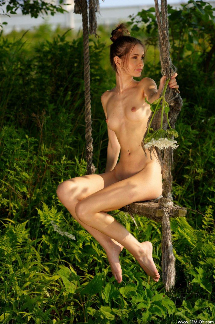 Девушка худая обнаженная на природе эротика