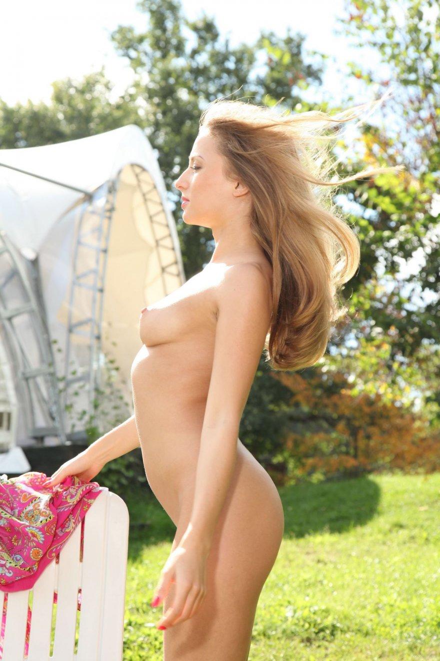 Фотках классной молоденькой женщины в саду