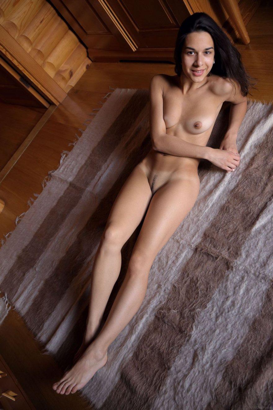 Фото обнаженной брюнетки с маленькими буферами секс фото