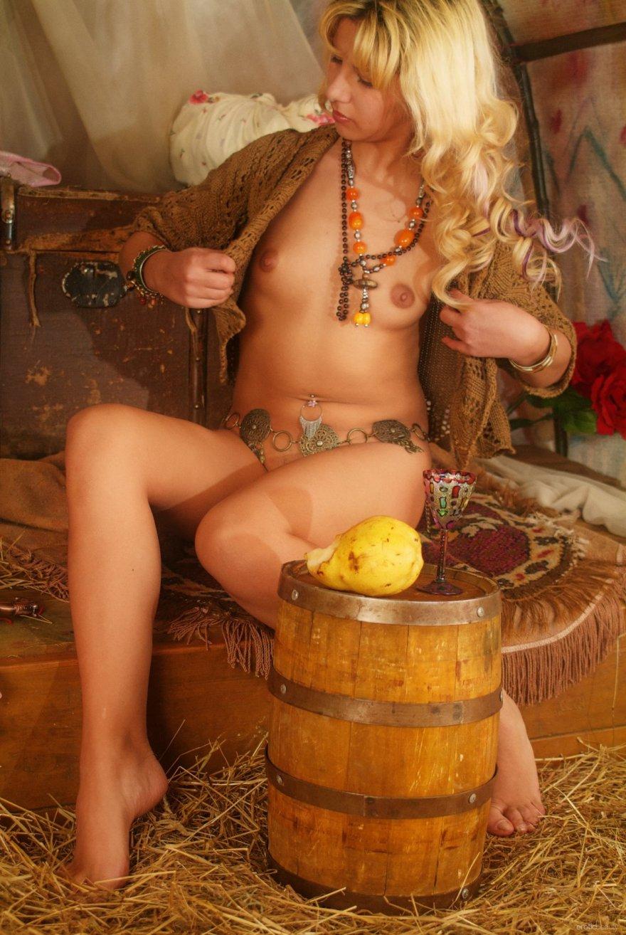 Снимках голой блондиночки в цыганском шатре