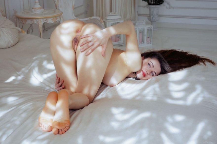 Интимные места красивой шатенки