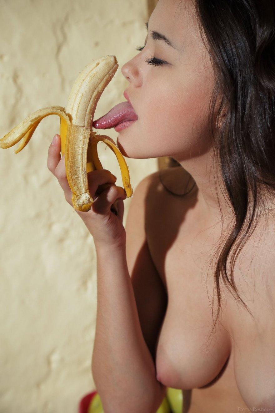 Hot girl banana boobs