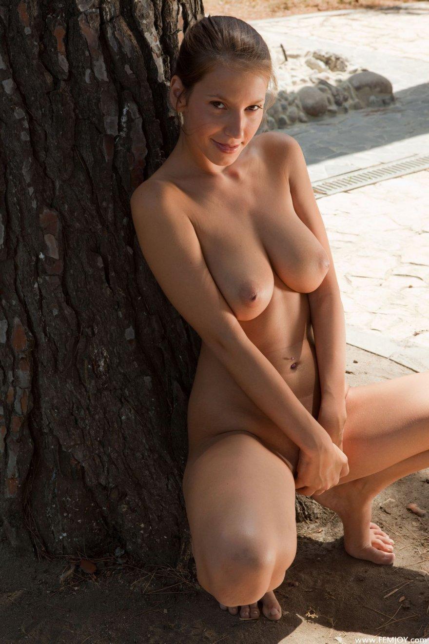 Красивая голая девушка в саду