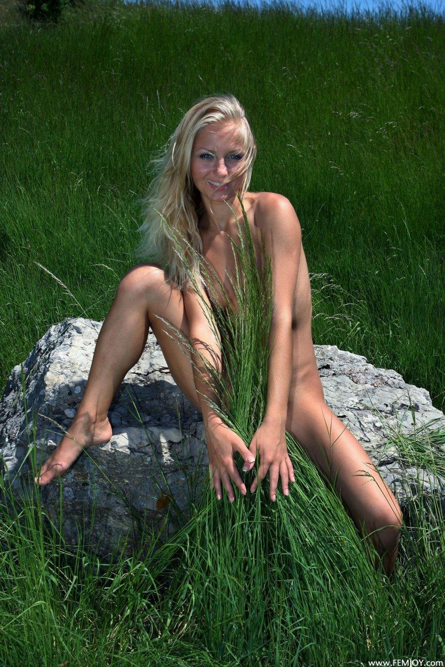 Фото голой блондиночки в горах смотреть эротику