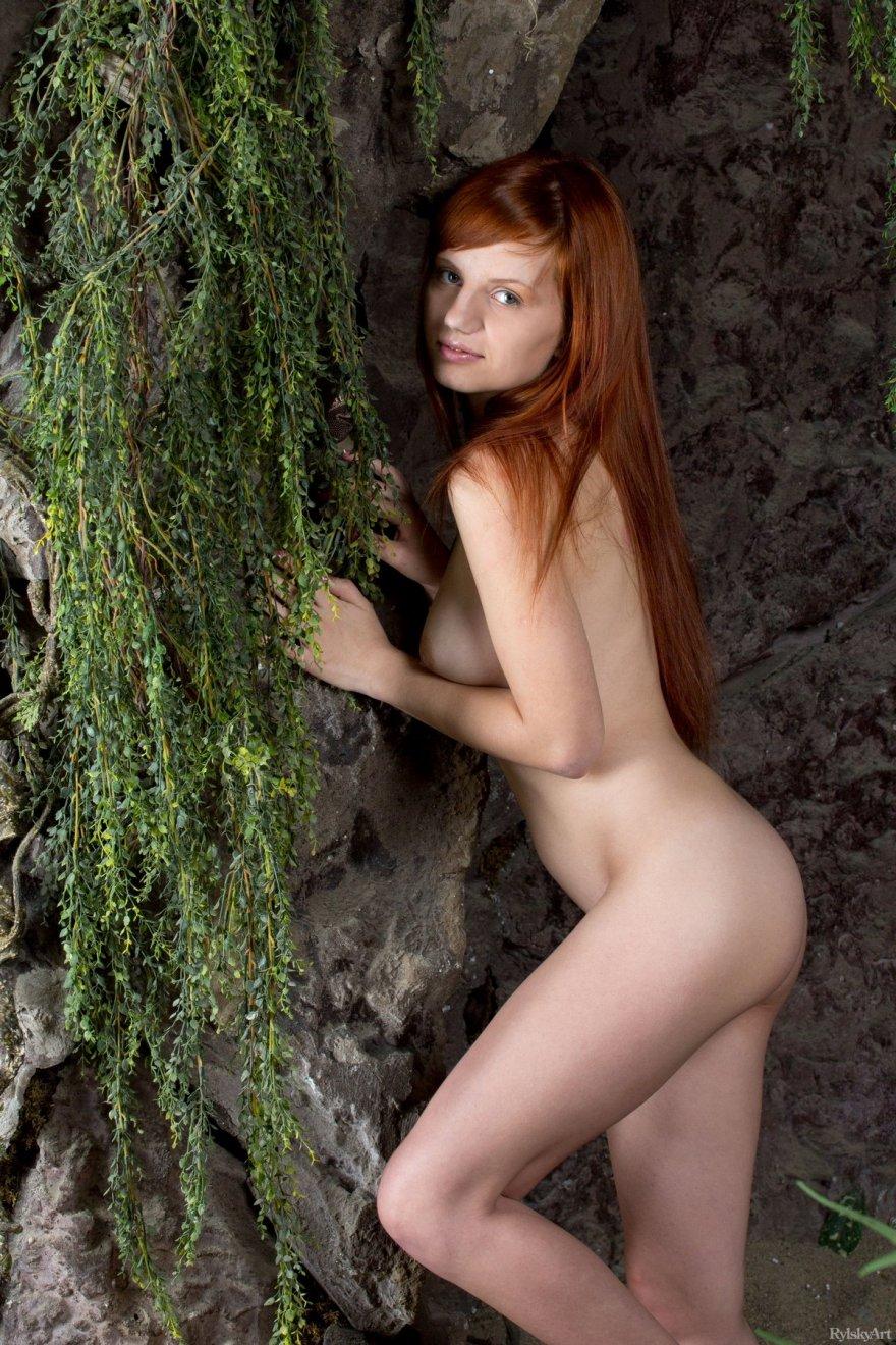 Красивая рыжая девушка с маленькой грудью