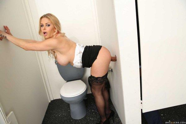 Порно блондинка в туалете