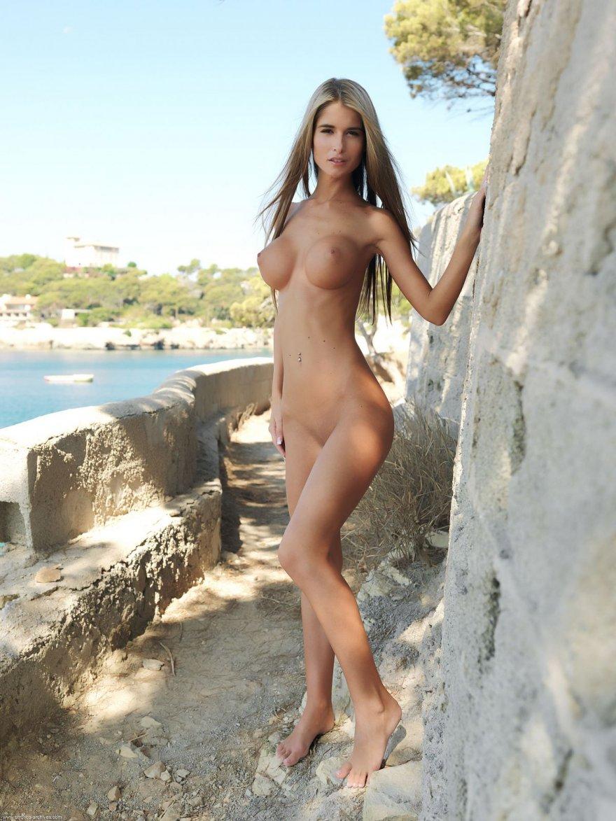 загорелые девчонки на пляже