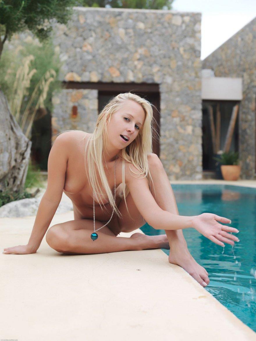 Эротика восхитительной загоревшей проститутки у бассейна
