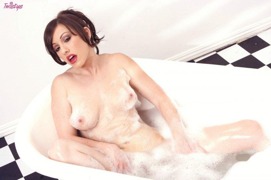 Чувственная брюнетка в ванне с пеной