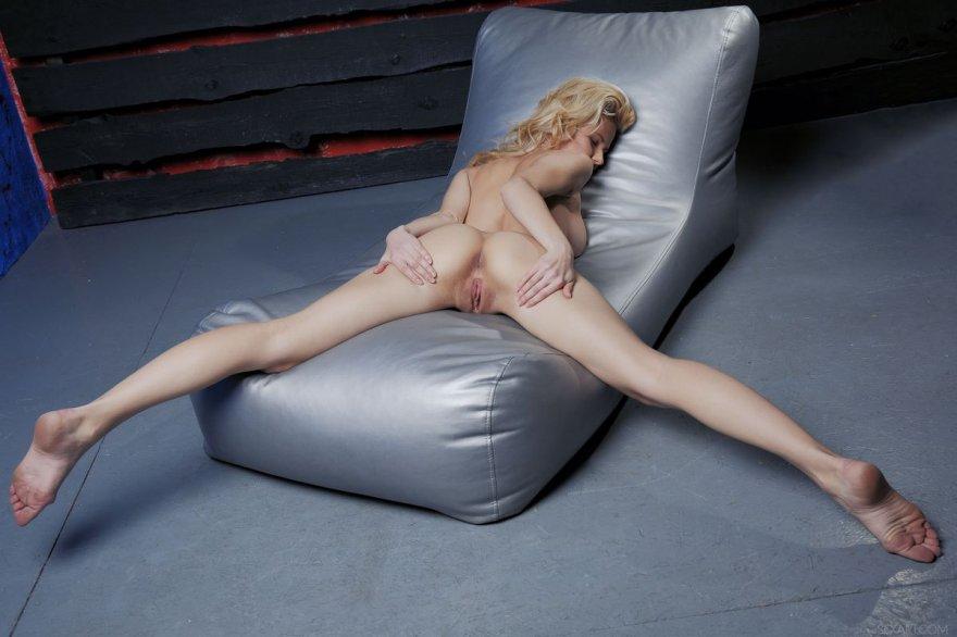 Крутая блонди показала розовую пилотку