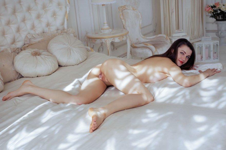 Красивая женщина в белом нижнем белье - эротика в спальне