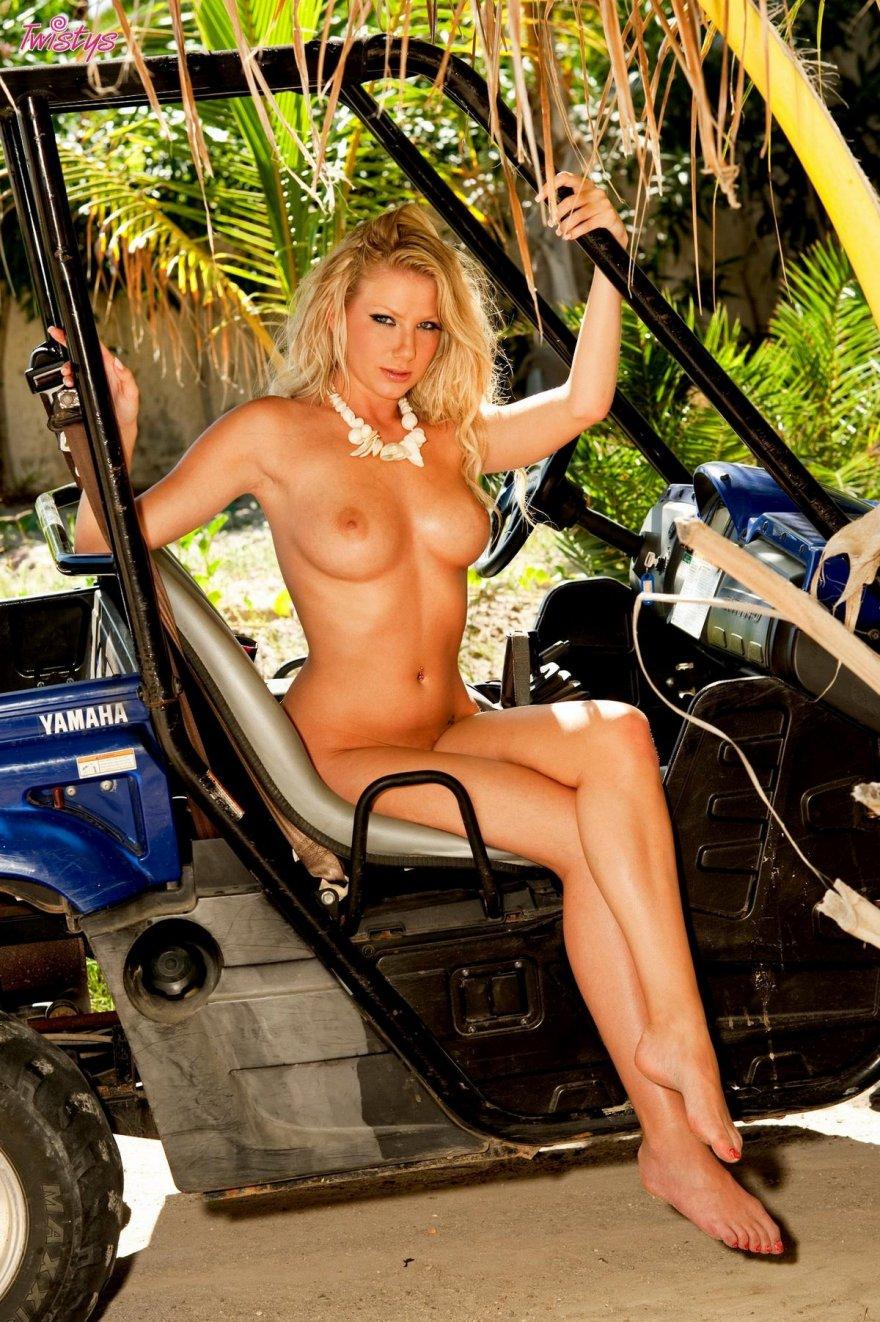 Сексуальная блондинка в коротких джинсовых шортиках секс фото