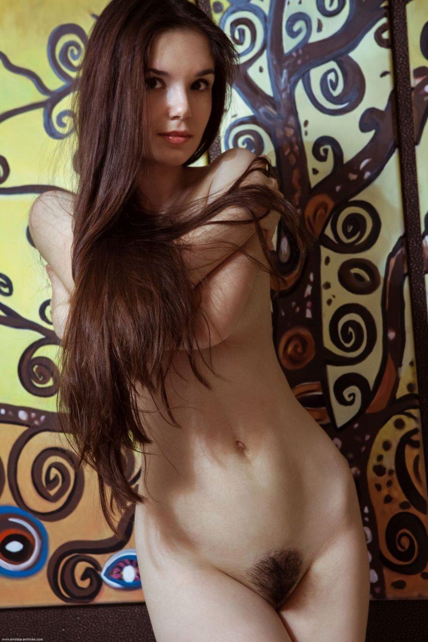 Фото красивой брюнетки с небритым лобком