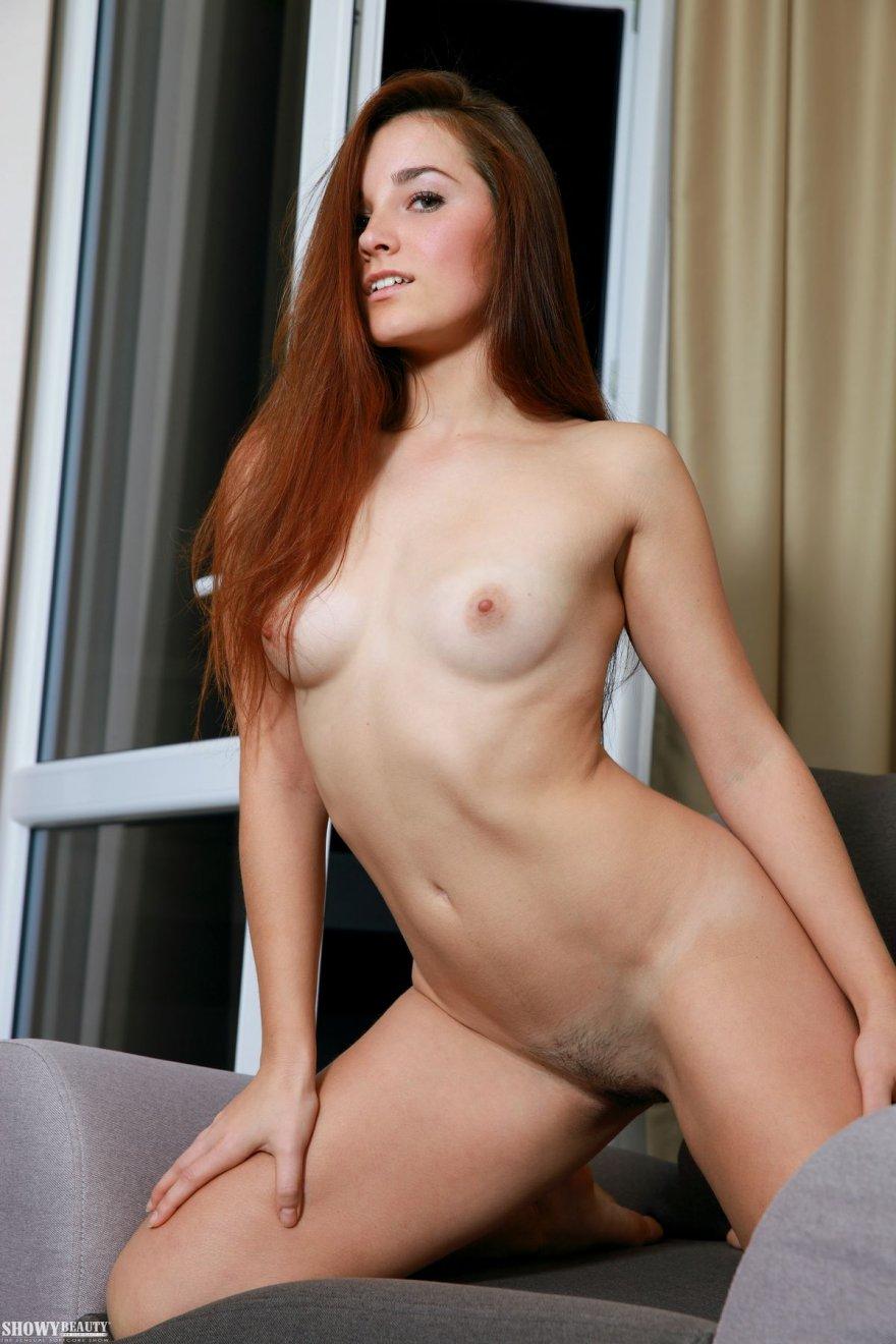Порнуха изящной брюнетки с небольшими дойками секс фото