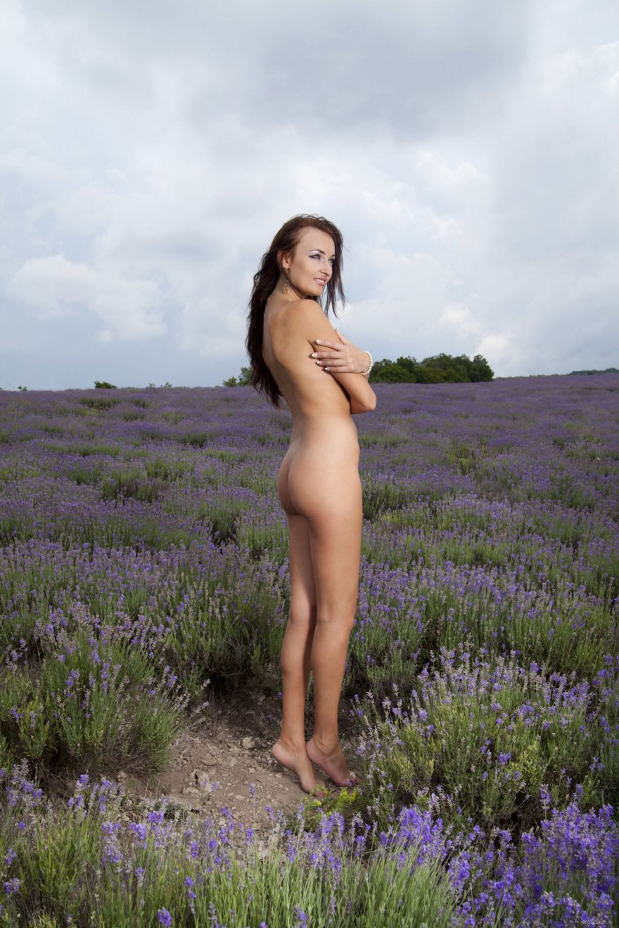 Мамаша с шикарным голым торсом в поле