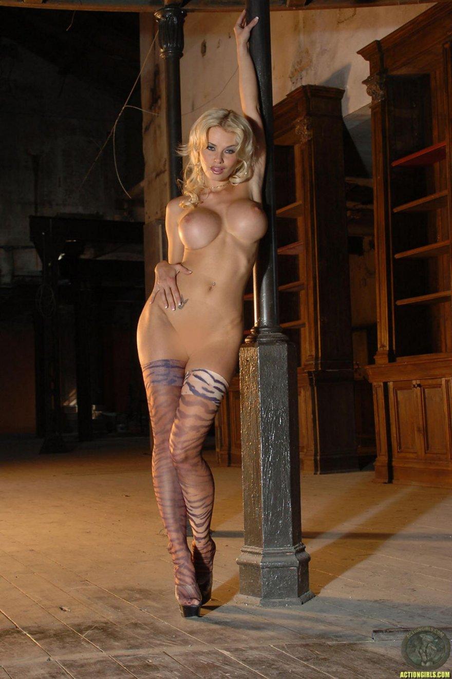 Lindsey strutt fully nude
