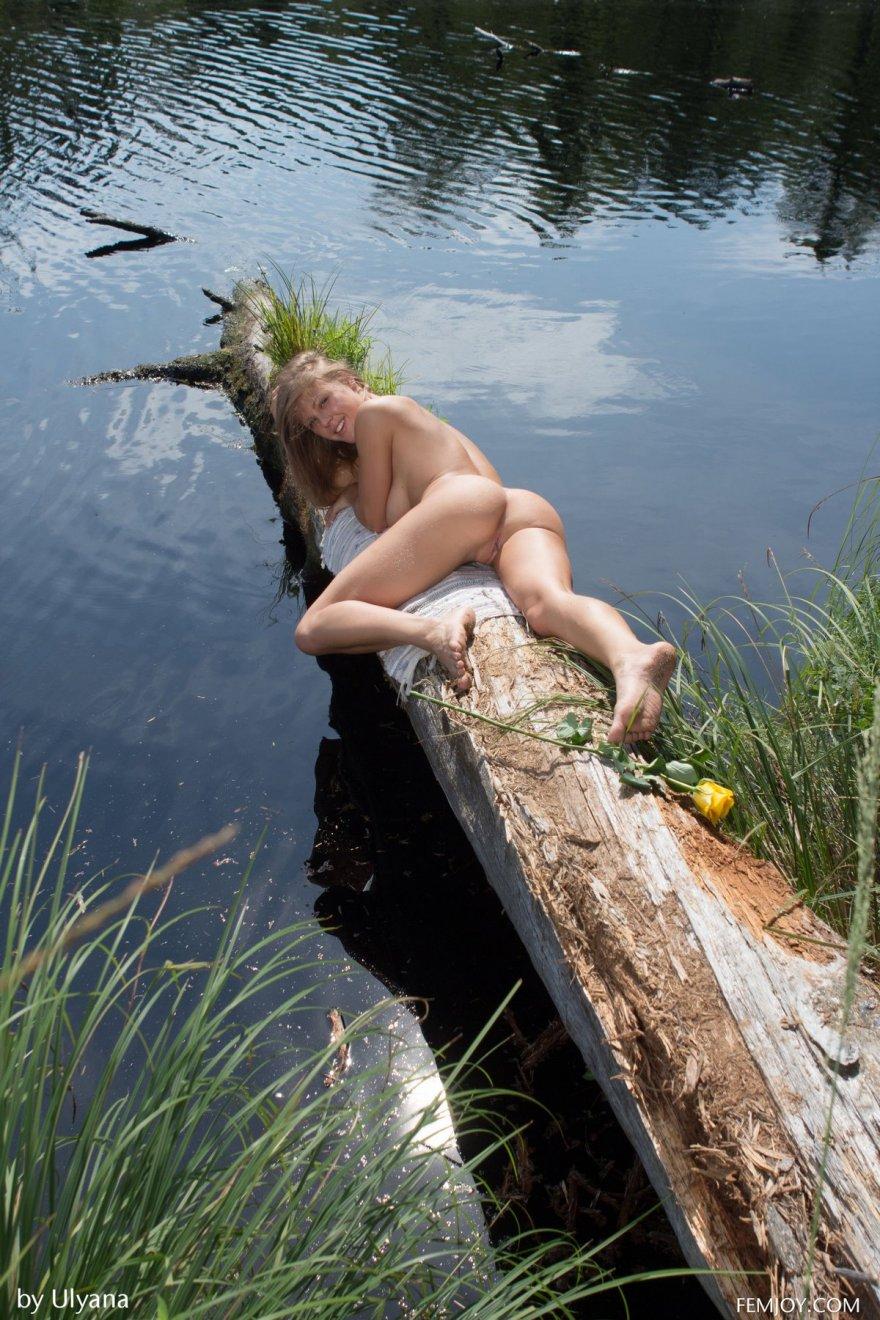 Светлая модель с шикарными дойками около реки