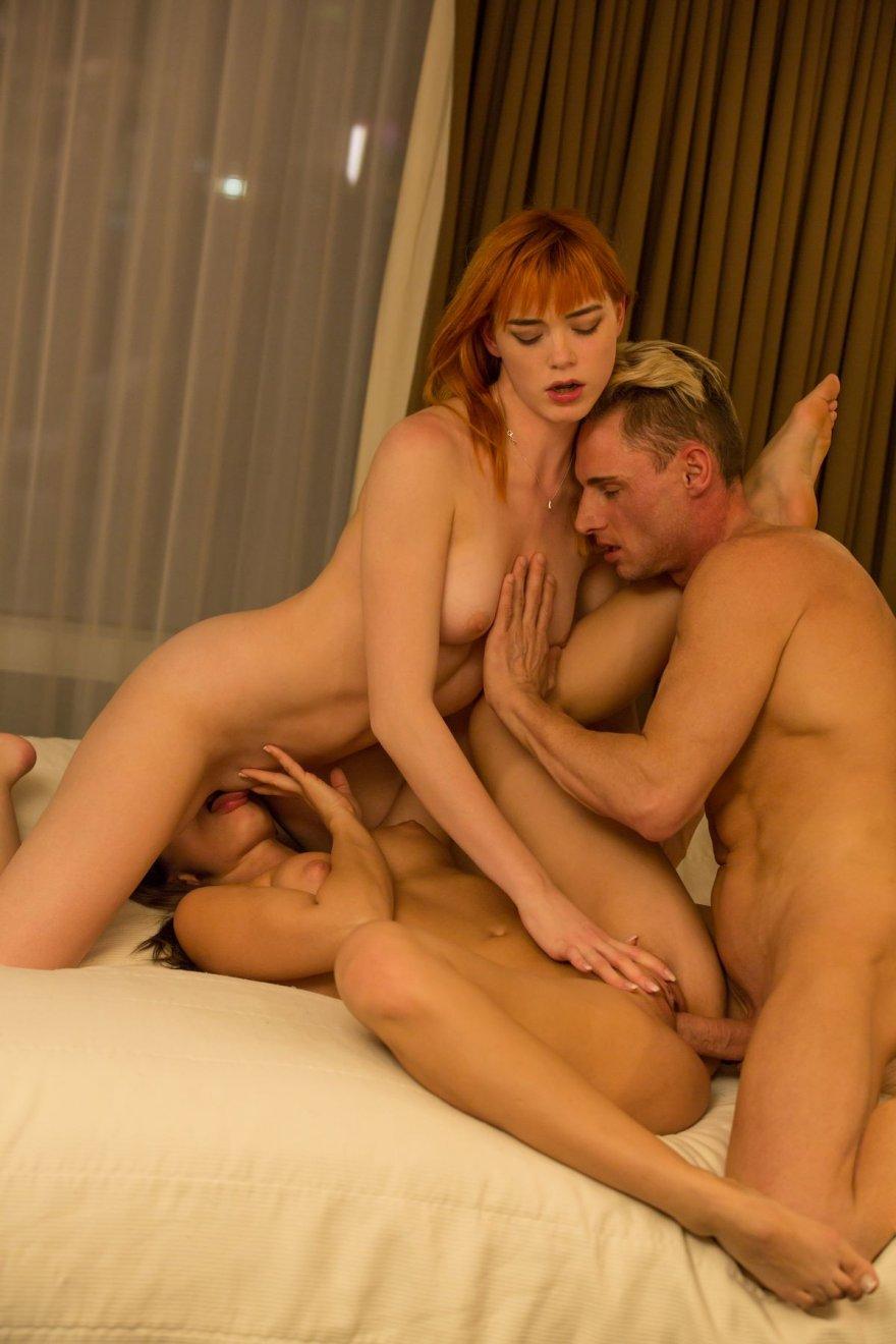 Фото страстного секса втроем с двумя красотками