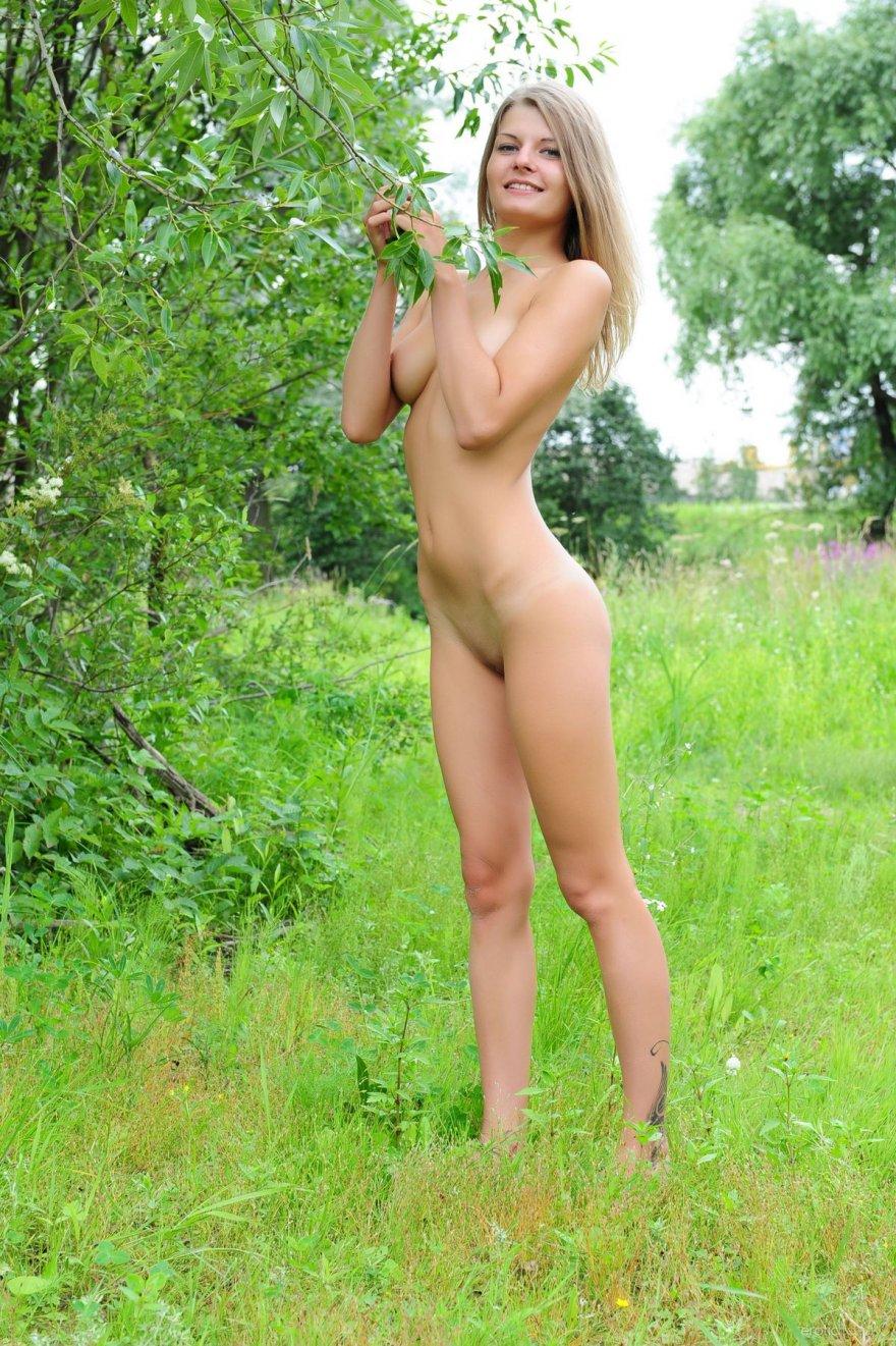 Милая обнаженная светлая порноактриса на траве