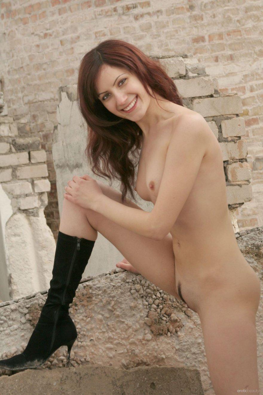 Голая девка в сапогах среди развалин смотреть эротику