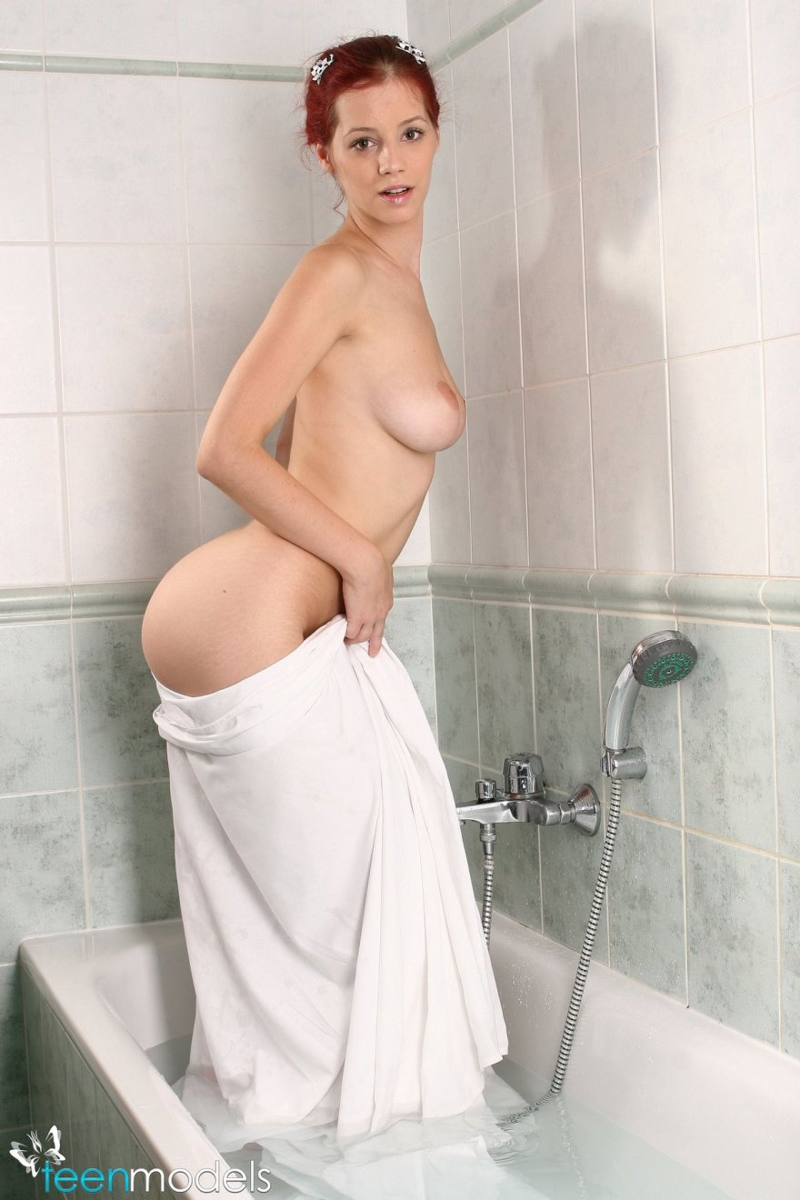 Рыженькая в купальнике принимает ванну