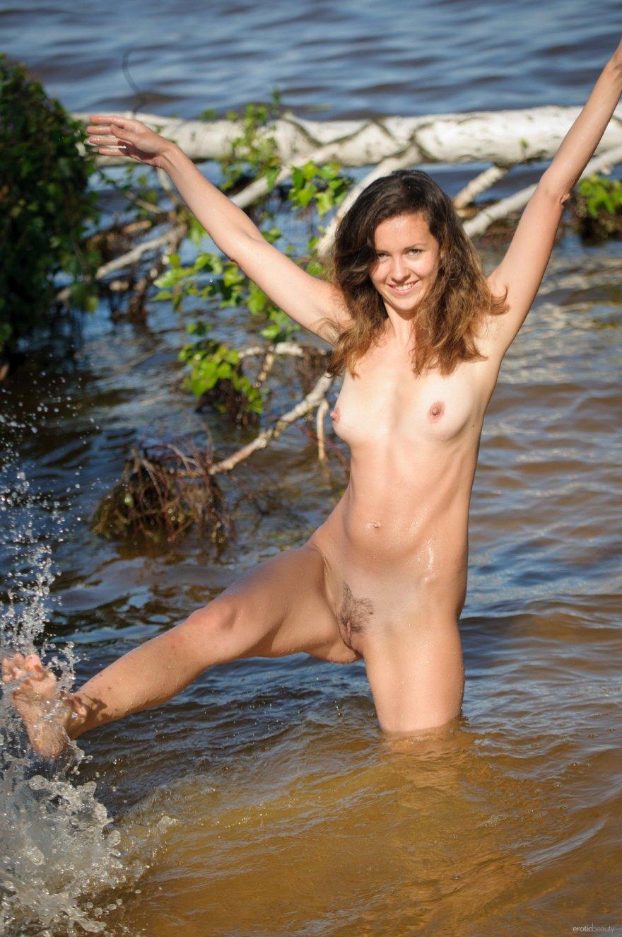 Фото ню голой девушки в реке