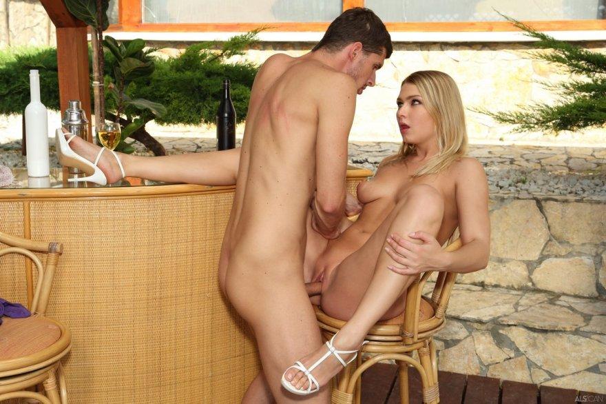 Фото красивого секса с блондинкой в баре