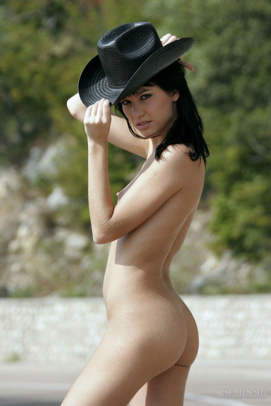Девка в ковбойской шляпе сняла трусы в городе