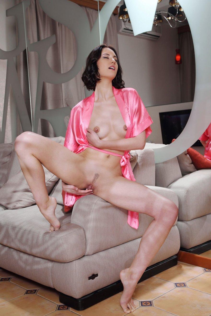 Sade Mare в розовом шелковом халатике секс фото