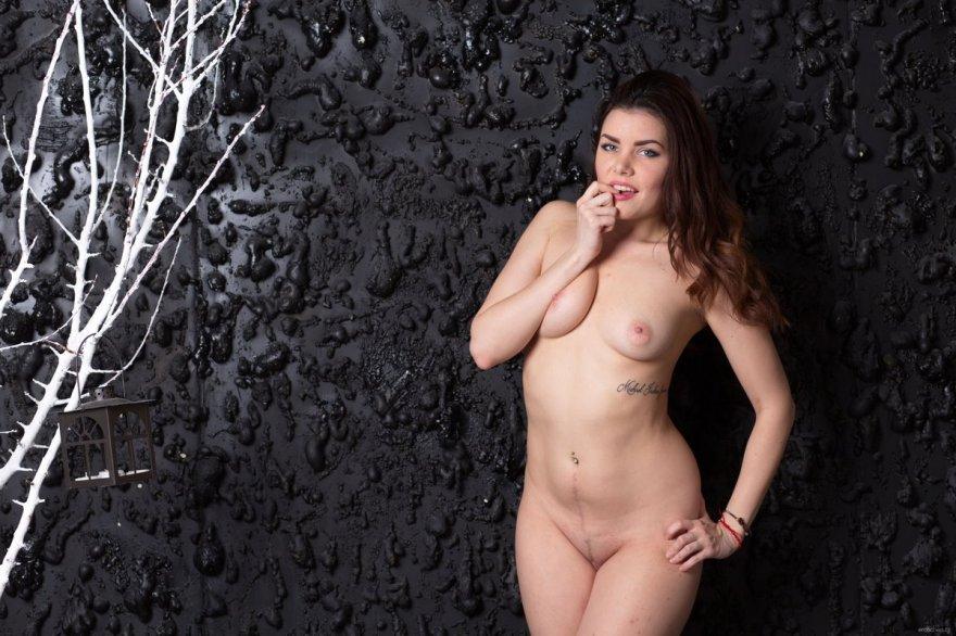 Красивая женщина показала вагину крупным планом