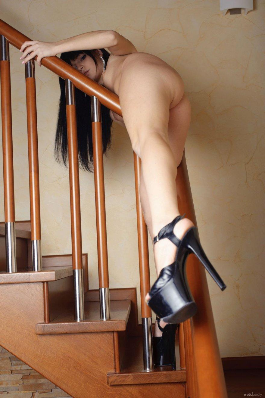 Интимные фото голой шатенки на ступеньках