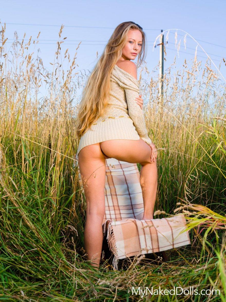 Блондинка без трусиков в поле