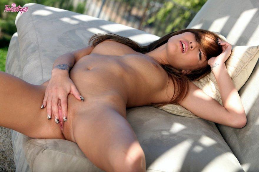 Крутая сучка в красных бикини секс фото